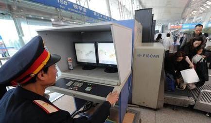 春运违禁物品演变 火车站安检扫描机下的返乡行囊