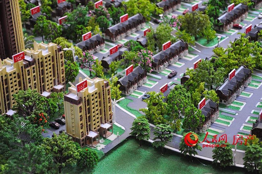 碧桂園九龍灣是碧桂園進入北京的第一個項目,但是確切說來,這個項目屬于河北保定淶水縣的地界,因為與北京房山區僅一線之隔,項目的主要目標群體仍為北京的購房者。下面小編將從區位、交通、環境、周邊配套以及戶型幾個方面帶領大家來看看九龍灣這個項目。 碧桂園九龍灣在北京的西邊,緊緊挨著一渡,距離著名的風景區十渡大約20-30公里,項目周邊有很多采摘園,還有度假山莊和高爾夫球場。若在此處購房,能極大滿足休閑度假的需求。 該項目距離國貿的距離約95.