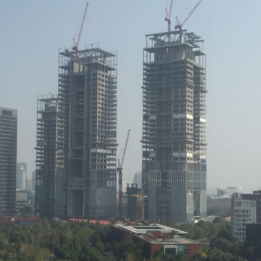 近日,全球跨度最大的竖向幕墙钢结构系统项目中建钢构上海国际金融中心项目钢结构顺利封顶。  该项目位于上海浦东新区核心区域,由中国证券交易所、中国金融期货交易所股份有限公司、中国证券登记结算有限责任公司投资建设,总投资额约为80亿元,总建筑面积约为52万平方米。由中建钢构负责钢结构制造及安装,高度约220米,钢结构总用量约3.
