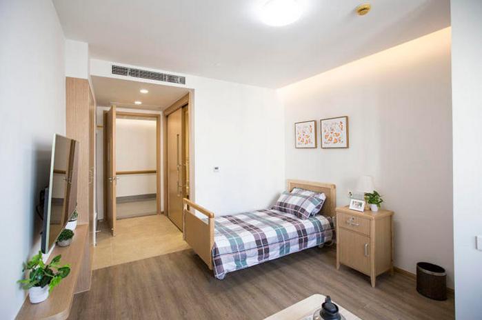 人民网北京5月4日电(徐倩)距离上海火车站不远,位于普陀区镇坪路上,一幢旧式的商务办公楼被改造为全新的养老机构出现在眼前。 这座新的养老机构有点像时下流行的长租公寓,1-4楼为岳阳医院名医特诊部,5-21楼为长者公寓。公寓以单间和双人间为主,装修风格时尚、年轻化,拥有296个床位,同时配有城市客厅,包括望年书吧、手工学坊、棋牌坊、乐活学堂等,名为望年荟,面向半护理、全护理以及轻中度失智长者。