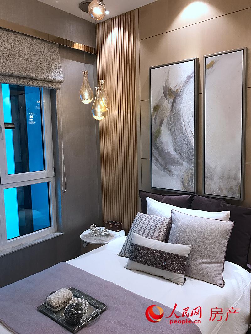 在户型设计上,推出了具有别墅质感的一梯两户低密度设计,共有120平方米三居室标准户型,和240平方米的五居室特色户型两种产品。