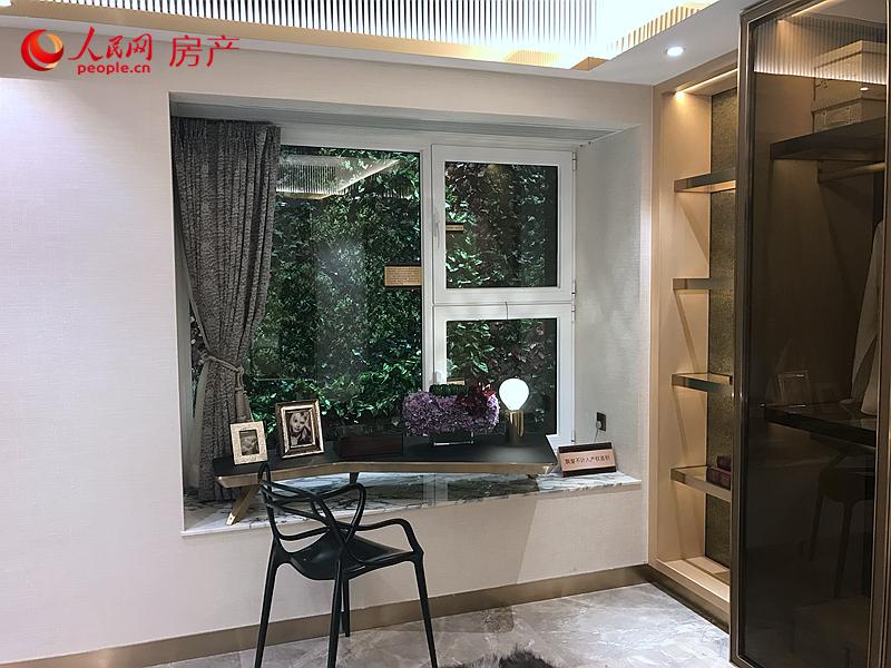 主卧飘窗面积不小,台高高度理想,实用性高。