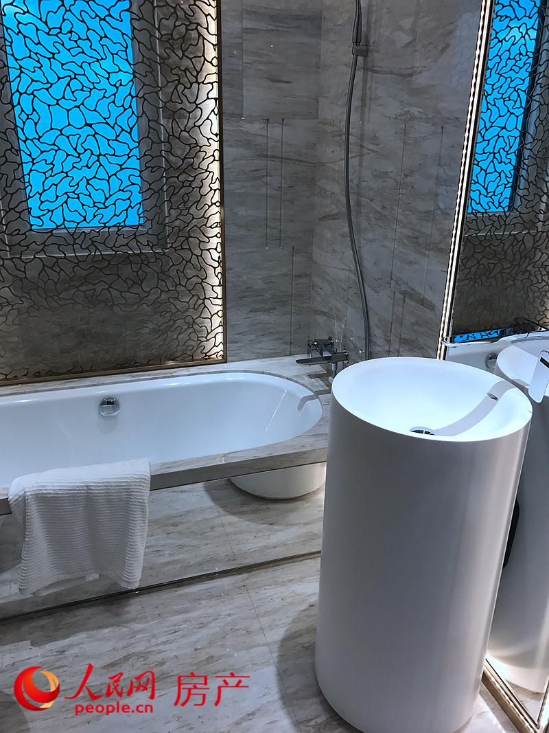 120平方米户型样板间卫浴间,该户型实现了两个洗漱卫浴间。