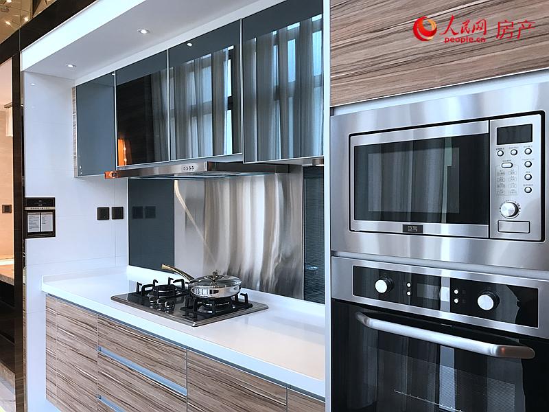售楼处内呈现的房屋交付厨房实景装修图,材质使用高档。
