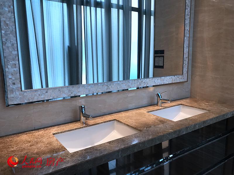 洗漱间采用了实用的双洗手台设计。