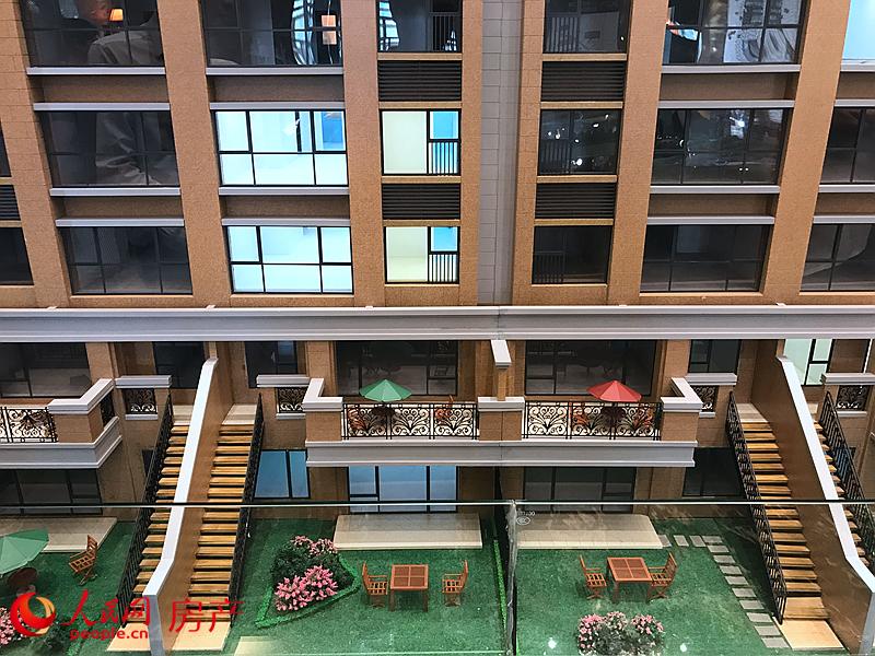 """""""盛寓""""作为誉天下别墅项目十年开发运营的封藏之作,将以区内少见的低密度精装公寓入市,产品分为120平方米和240平方米两款。700万每套起的价格也秉承了长实地产一贯的亲民风格,让更多购房者""""享受""""中央别墅区。"""