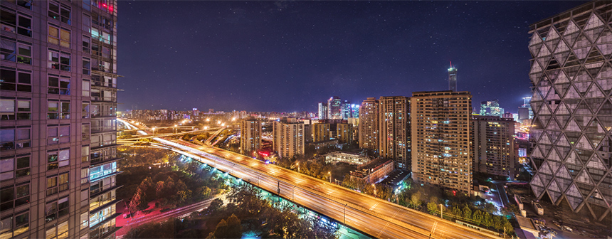 金尊府位于东四环慈云寺桥畔,拥有难以复制的地段区位价值和便捷的交通路网。身处泰禾北京金尊府样板间之内,放眼望去,中国尊、国贸、央视新址等尽收眼底。