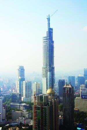 南京主峰450米!   世界第七高楼明年接待观光市民   上个月封顶的南京新百主楼以249米获得新街口第一高楼的称号,不过,南京高度的纪录很快就被刷新。记者昨日从南京绿地广场建设方获悉,该项目的主峰紫峰大厦381米的主体结构已经封顶,楼顶下月树起69米的灯塔,将一举攀上450米的最高点。这是江苏第一高楼,也是世界第七高楼。   第一高楼下月攀上450米   450米有多高?记者了解到,像新百主楼、招商、金鹰等南京现有高楼,高度一般都在200-250米上下,紫峰大厦一出现,南京的高楼纪录将