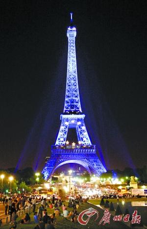 巴黎埃菲尔铁塔首次穿上